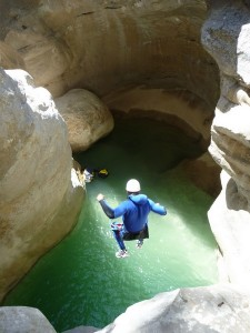 Saut en canyon.