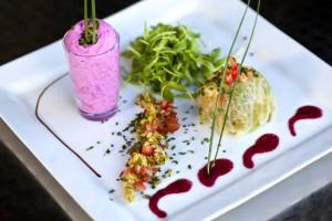 Chou farci, petits légumes, salade et mousse de betterave