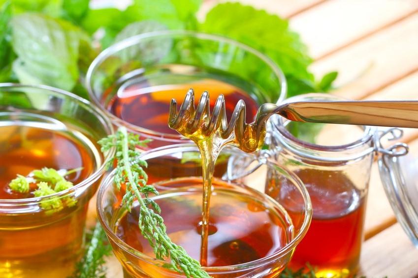 Honiglöffel Kräutertee mit Honig süßen
